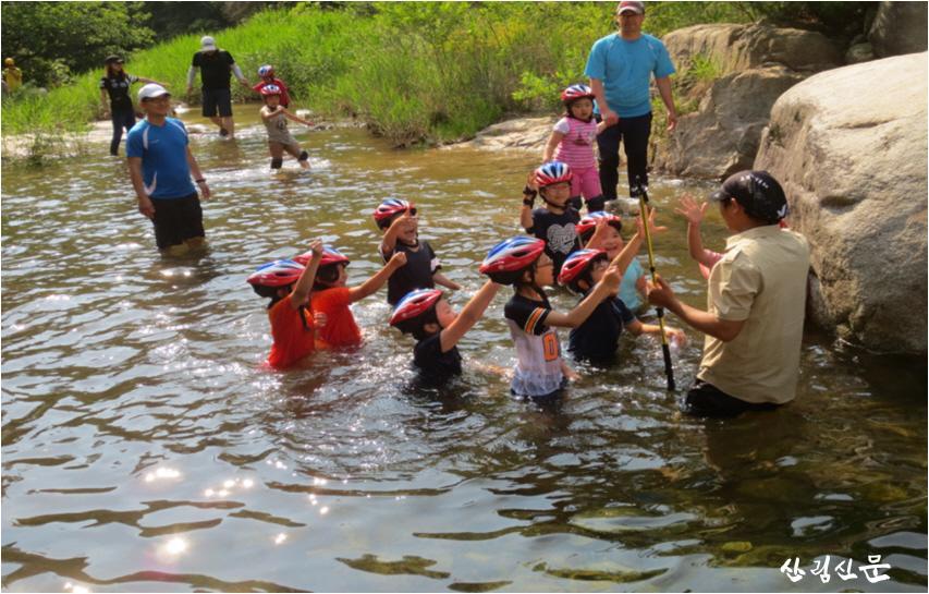 사본 -(사진 1)에코힐링킴핑 프로그램에서 계곡트래킹을 즐기는 아이들의 모습입니다.jpg