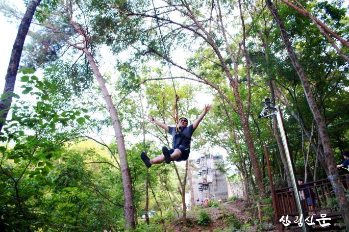 사본 -(사진 2)에코힐링캠핑 참가자가 숲속날기 체험프로그램 중입니다..jpg