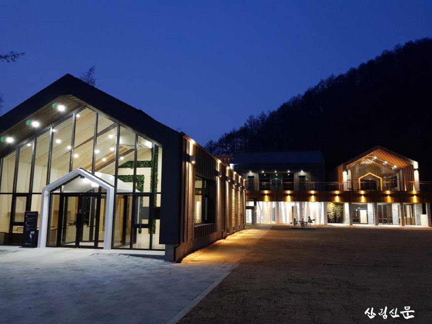 크기변환_(사진 1) 자생식물원 주요시설인 산림복합체험센터 전경입니다..jpg