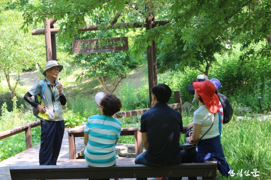 (사진1) 국립유명산자연휴양림(경기 가평)에서 방문객들이 숲체험 프로그램에 참여하고 있다..JPG