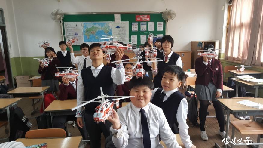 [크기변환]중학생들이 모형헬기 조립후 기념사진(자료사진).jpg