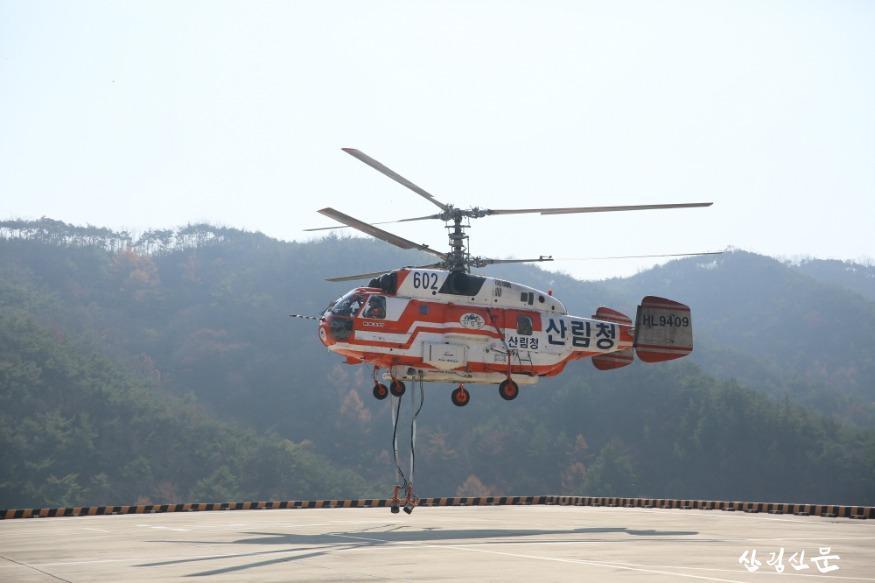 긴급이송 출동중인 대형헬기.JPG