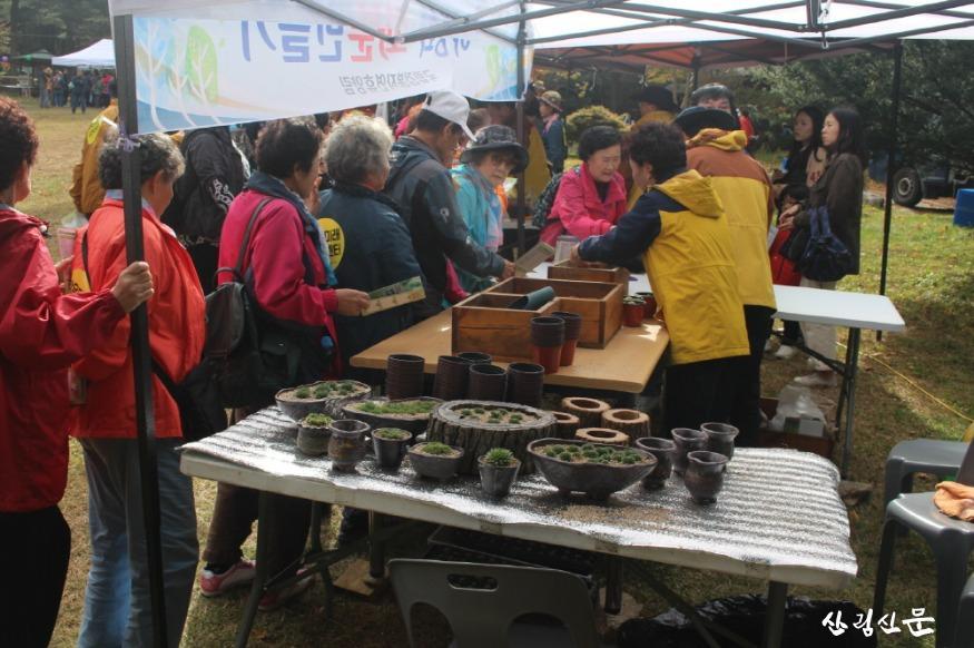 사진2. 국립청태산자연휴양림(강원도 횡성)에서 열린 `청태산 어울림 숲 마당`에서 방문객들이 화분만들기 체험을 하고 있 다..JPG