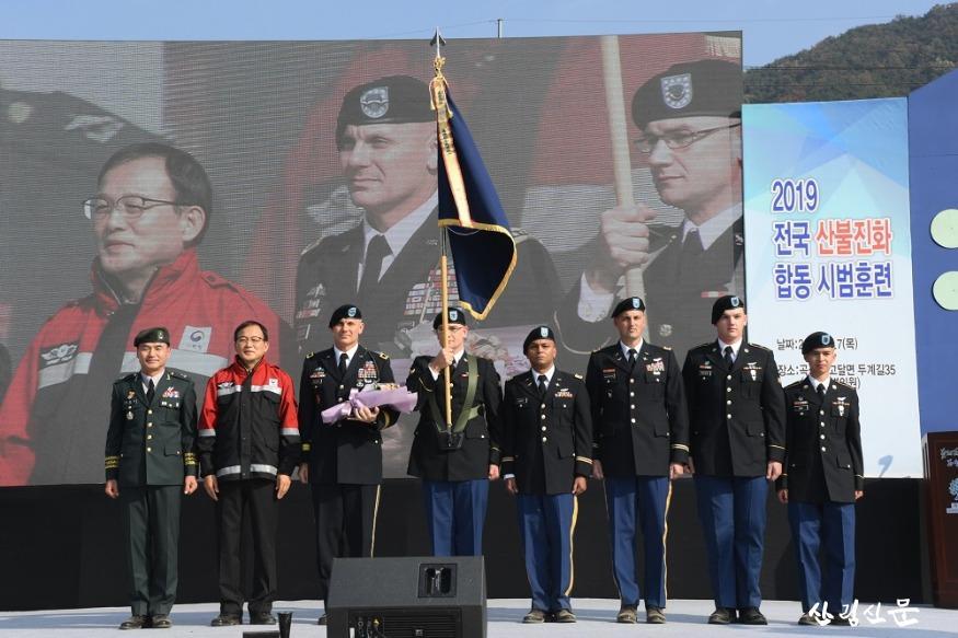 사진6_주한미군사령부에 대통령 기관표창 기념촬영.JPG