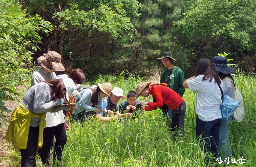 식물의 이해 강의 중 두웅습지에서  현장 수업을 받고 있는 모습.jpg