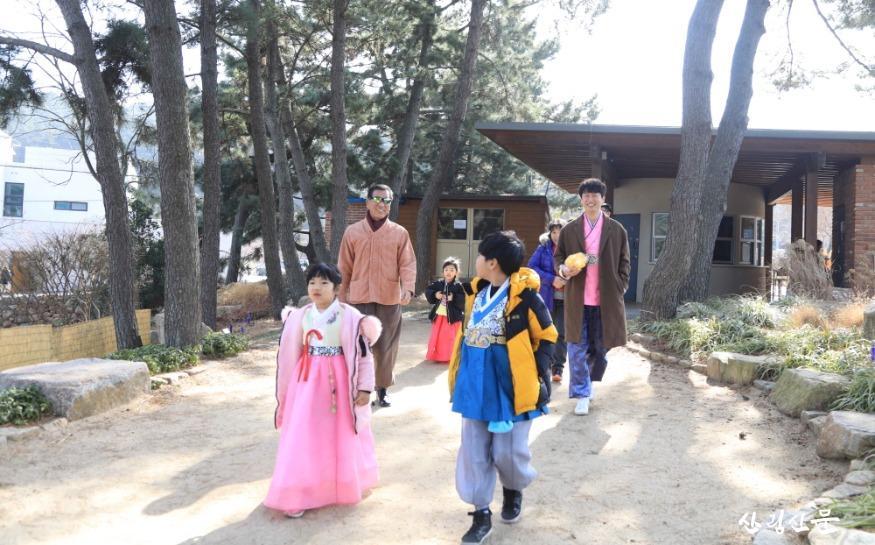 할아버지부터 손녀까지, 한복 입고  천리포수목원을 방문한 대가족.jpg