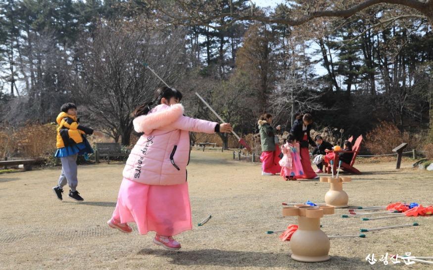 한복을 입고 천리포수목원에서 투호놀이를 즐기는 어린아이.jpg