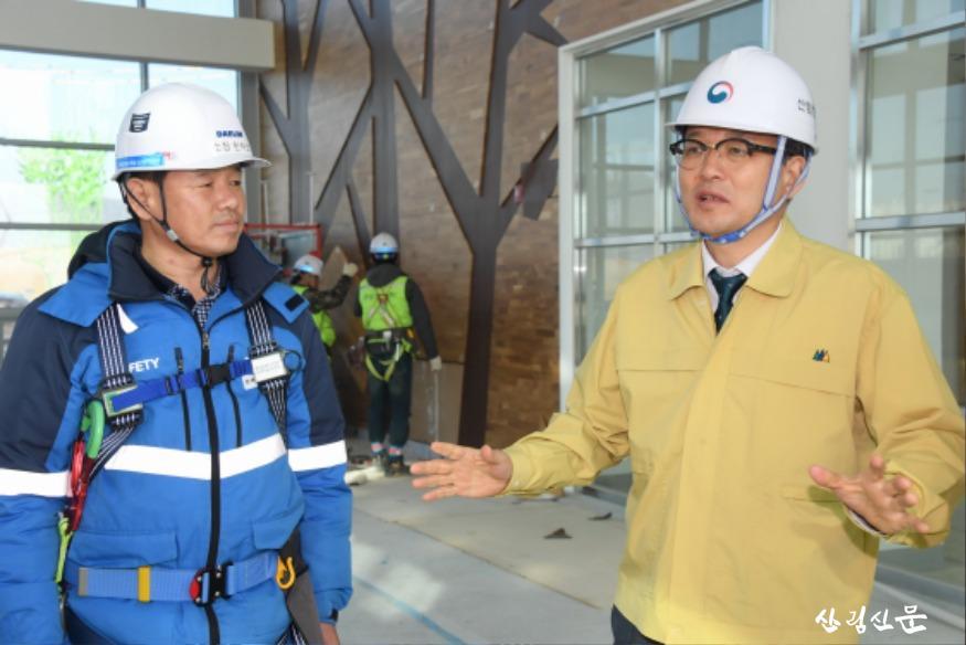 사진1_박종호 산림청장(오른쪽) 국립세 종수목원 조성사업 현장 안전점검.JPG