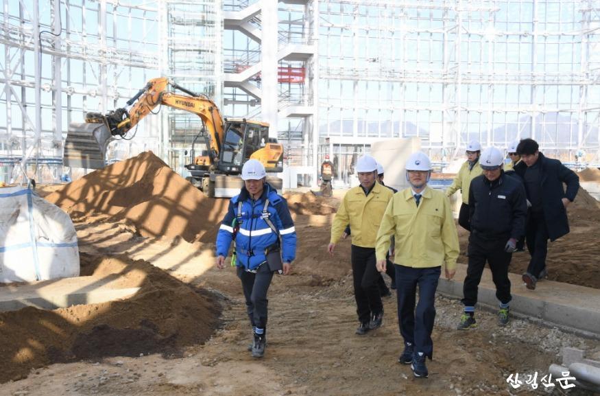 사진3_박종호 산림청장(앞줄 오른쪽) 국 립세종수목원 조성사업 현장 안전점검.JPG