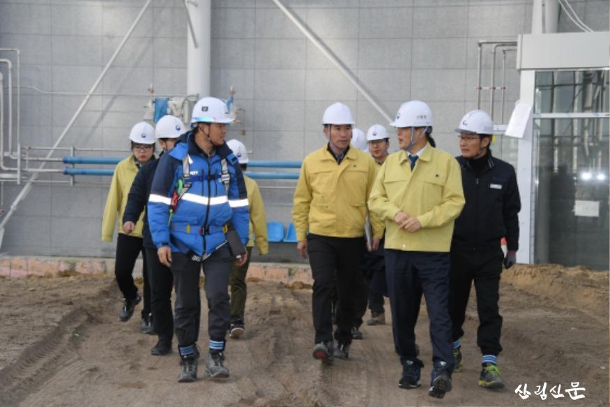 사진4_박종호 산림청장(앞줄 오른쪽) 국 립세종수목원 조성사업 현장 안전점검.JPG