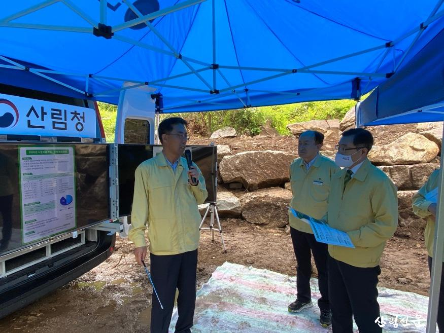 사진2_최병암 산림청 차장(오른쪽 에서 첫번째)이 여름철 자연재난대책 기간 비상근무 등 지자체 애로 및 건의사항을 청취하고 있다..jpg