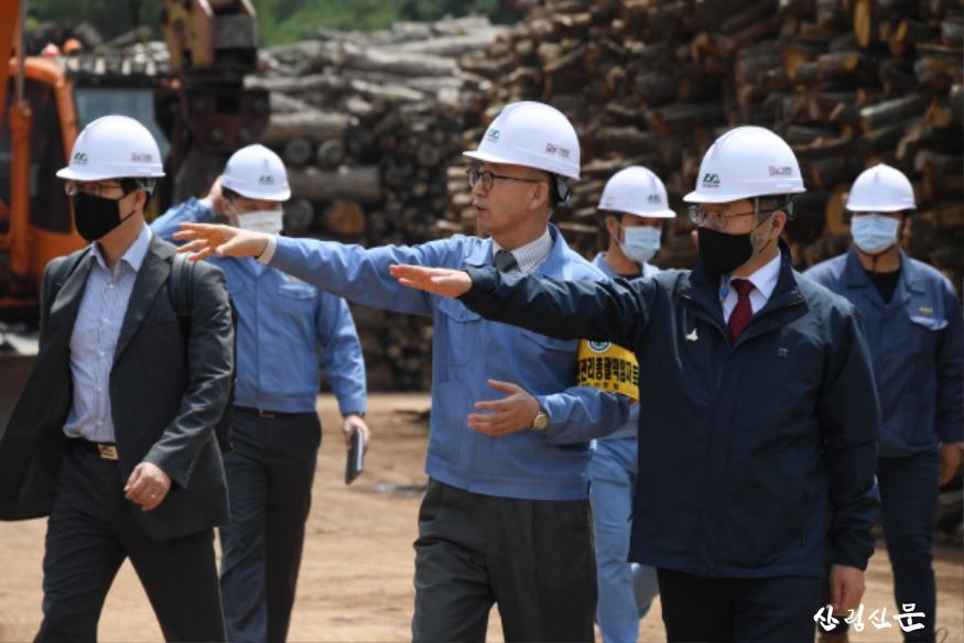 사진5_최병암 산림청 차장(오른쪽 첫번째 ) 산림바이오메스 생산 현장 방문.JPG