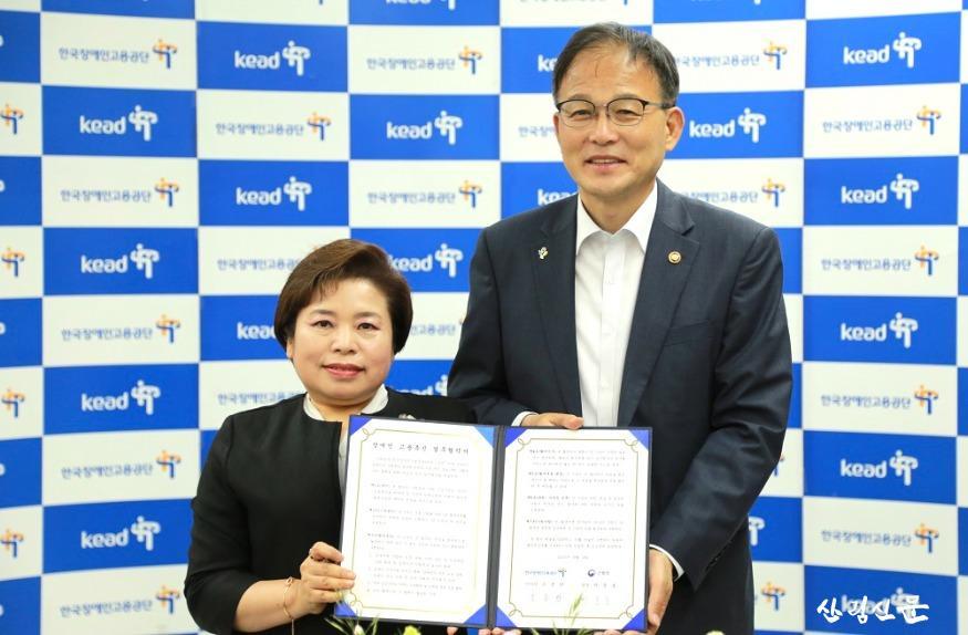 사진1_박종호산림청장(오른쪽)과 한국장애인고용공단  조종란 이업무협약 체결업무협약을 체결하였다..jpg