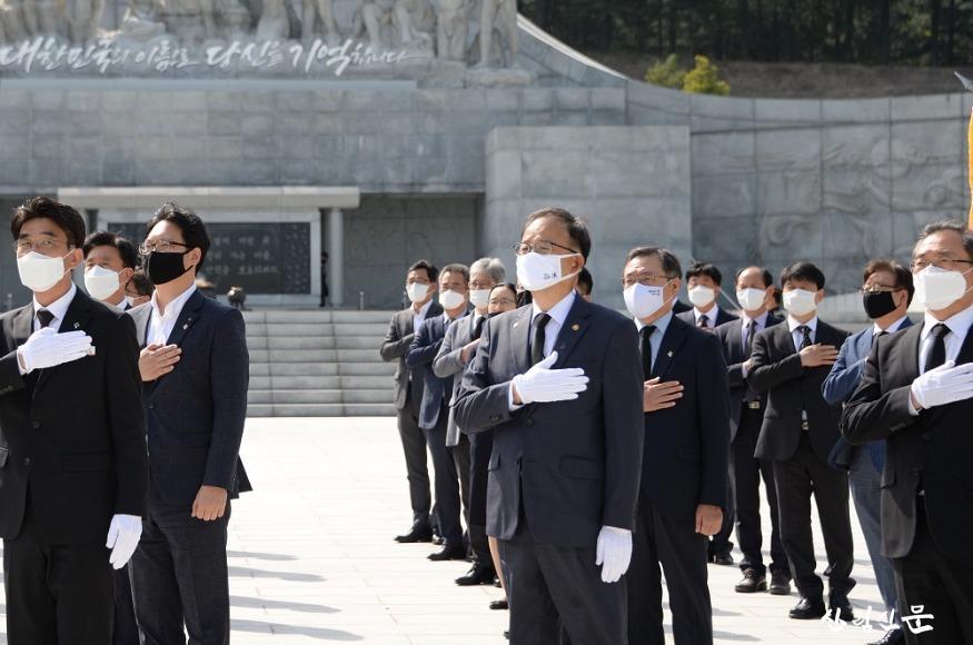 사진2_박종호 산림청장이 국립대전현충원 참배고 있다..jpg