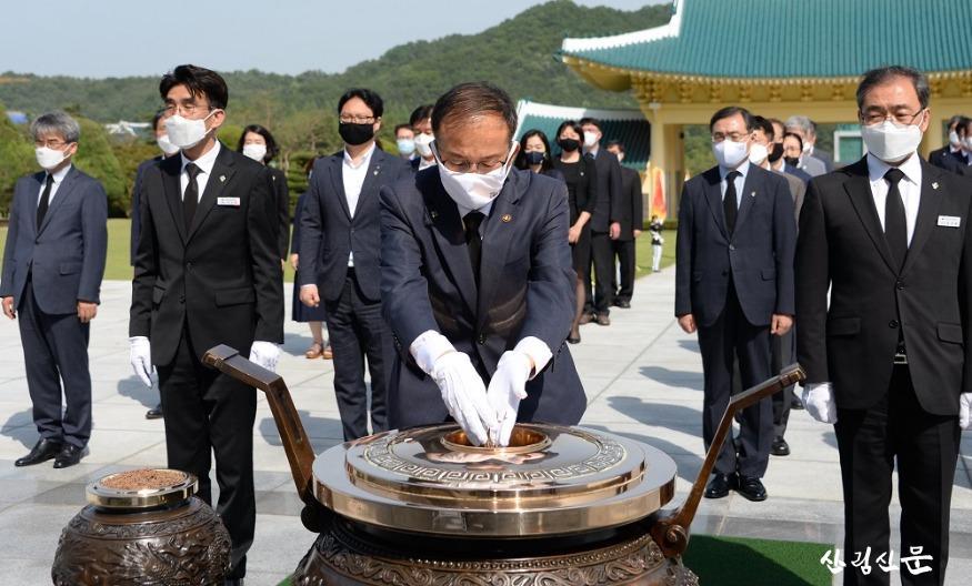 사진1_박종호 산림청장이 국립대전현충원 참배고 있다..jpg