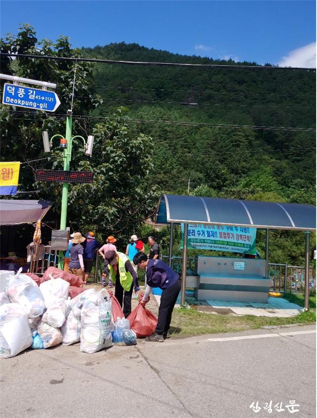 사진자료(산림내 투기된 쓰레기 정화 활동).jpg