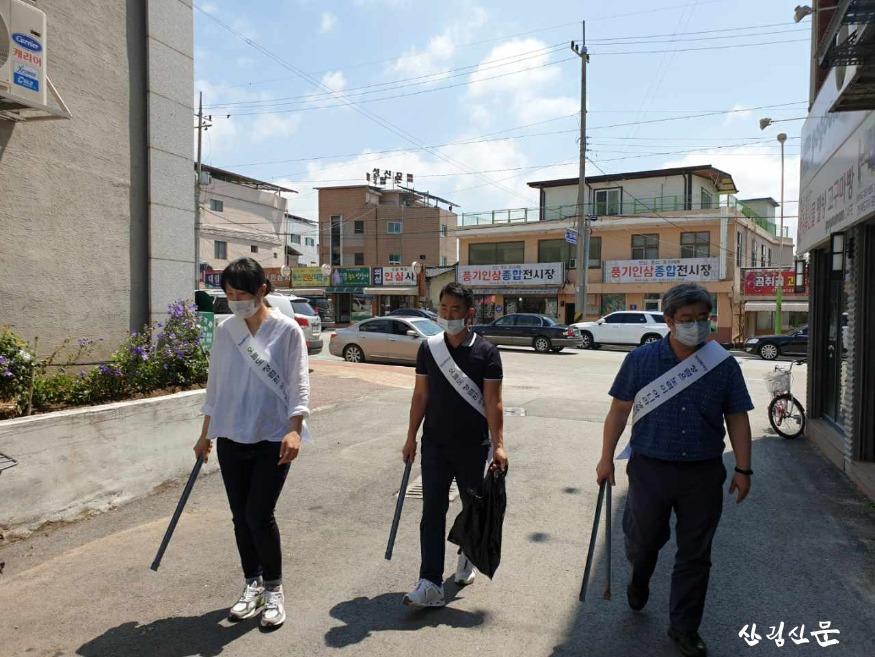 3. 국립산림과학원 산림약용자원연구소 직원들이 풍기인삼시장 거리를 청소하고 있다 2.jpg