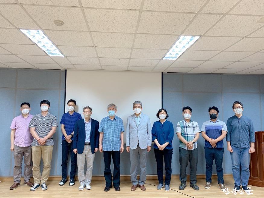 식물정유의 안전한 사용을 위한 전문가 초청 세미나 단체사진(세종대학교 김용휘 교수, 왼쪽에서 6번째).jpg