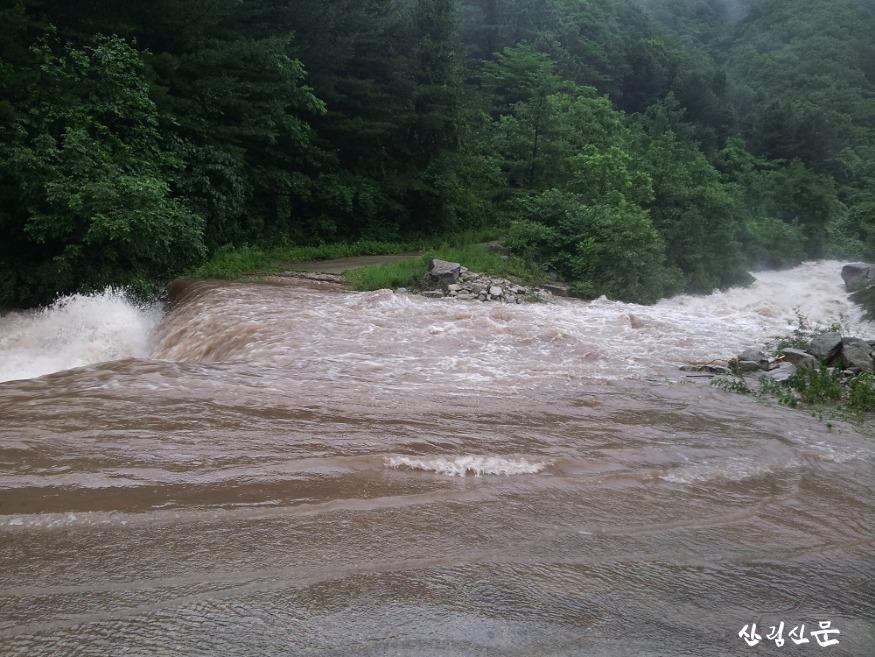 돌발홍수 사진1-2018년 화천군 광덕 계곡이 범람직전까지 다달은 모습.jpg