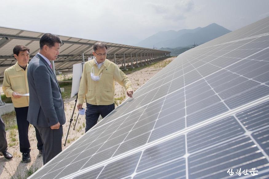 지난 6월 박종호 청장이 태양광발전시설을 점검하고 있다..jpg