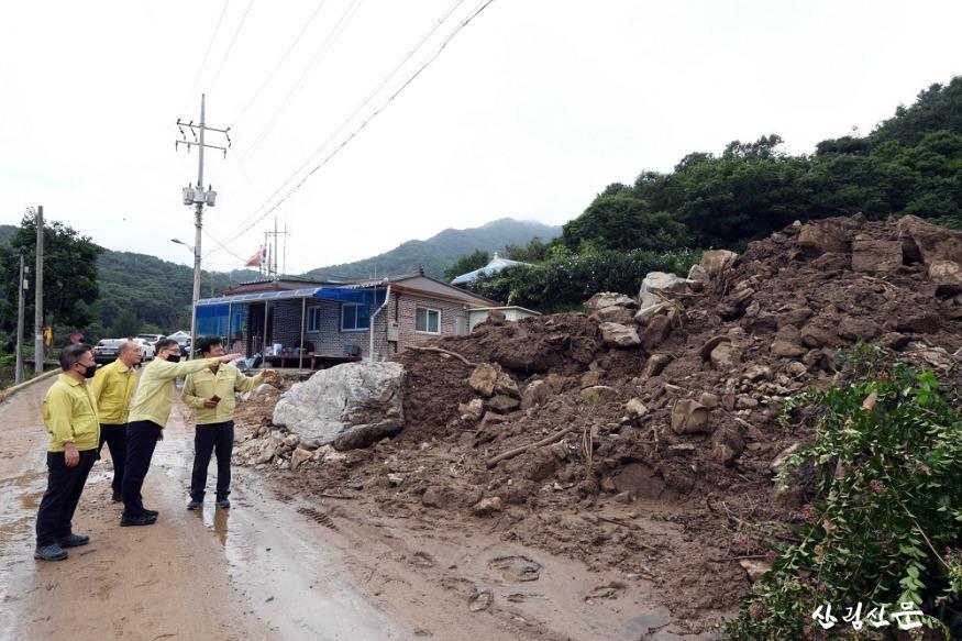 사진4_최병암 산림청 차장(왼쪽 세번째) 아산시 송악면 산사태 피해지 현장 점검.JPG