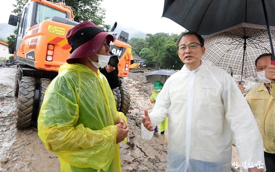 사진3_박종호 산림청장(오른쪽) 충남 논산시 연산면 산사태 응급복구 현장 점검.JPG