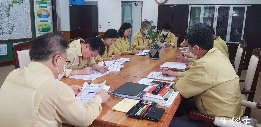 중부지방산림청장(사진 제일 왼쪽), 상황판단회의 중.jpg