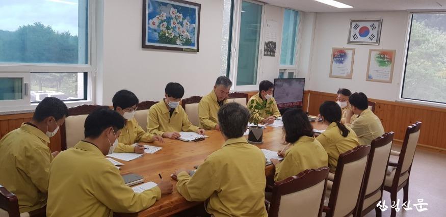 중부지방산림청장(사진상 TV오른쪽, 탁자  제일 상단), 상황판단회의 중.jpg