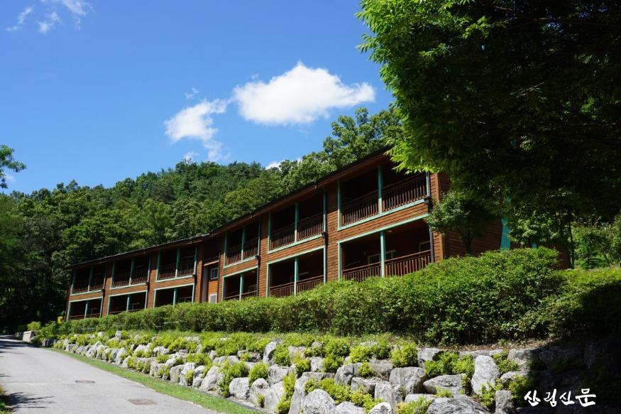 (사진 3) 국립상당산성자연휴양림 산림문화휴양관 모습입니다..JPG
