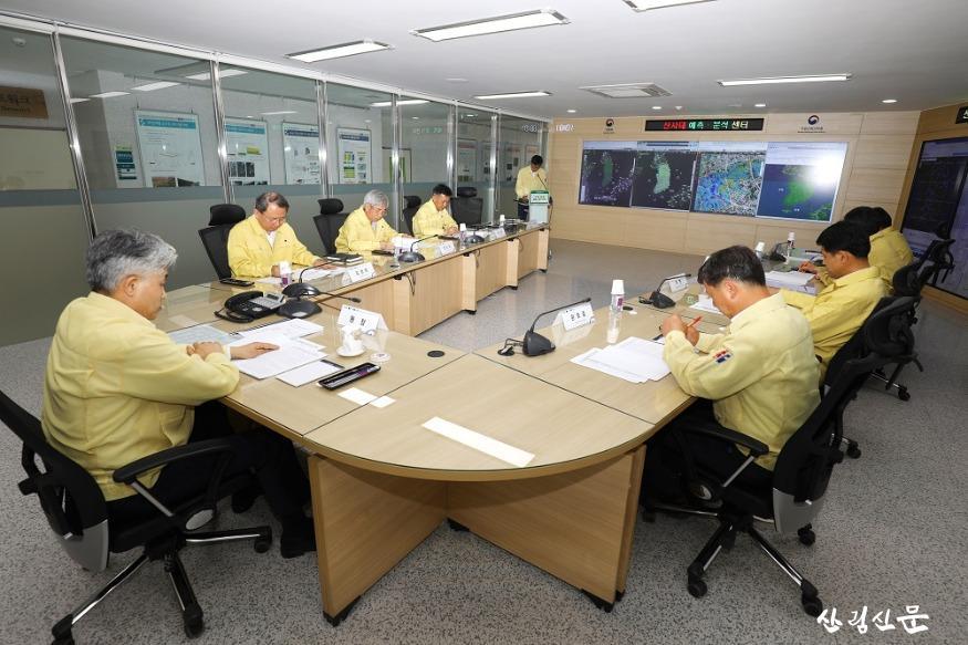 산사태 예측분석센터 내 회의사진.jpg