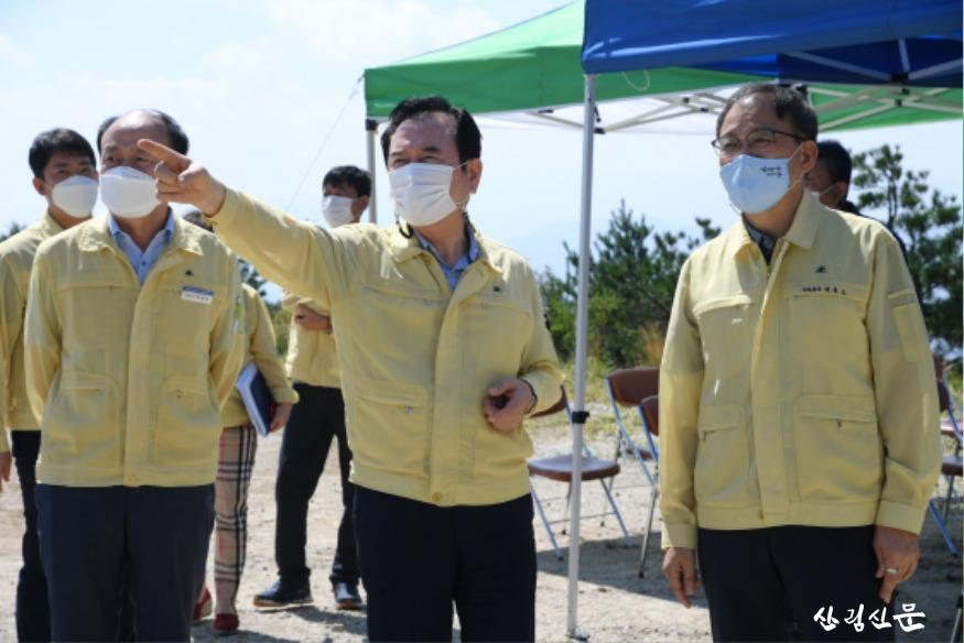 사진2_박종호 산림청장(오른쪽) 서춘수 함양군수(가운 데) 제10호 태풍 하이선 대비 산림사업장 점검.JPG