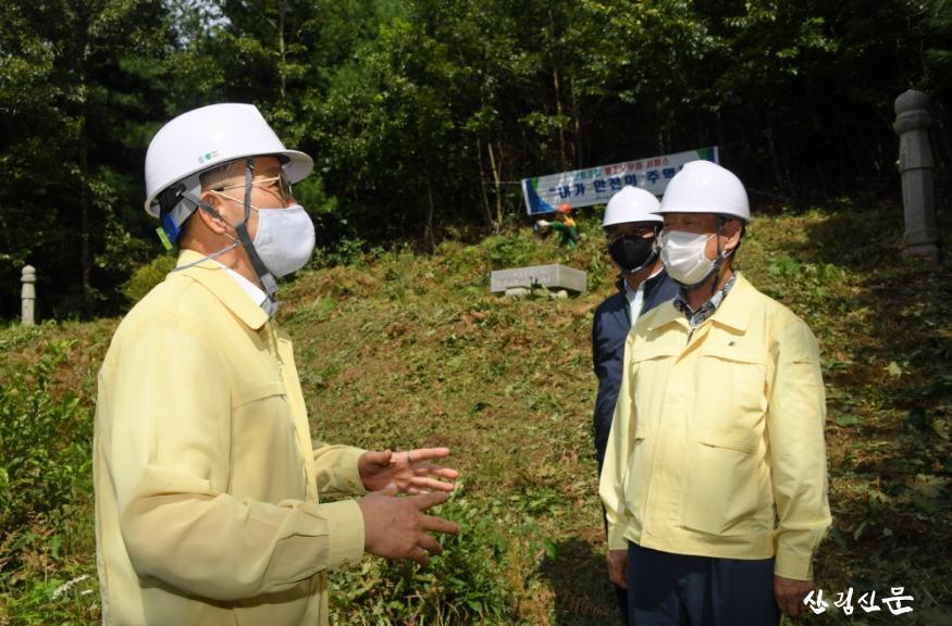 [크기변환]사진1_박종호 산림청장(왼쪽) 벌초 대행 서비스 현장 방문.JPG