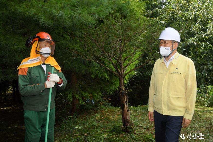 [크기변환]사진2_박종호 산림청장(오른쪽) 벌초 대행 서비스 현장 방문.JPG