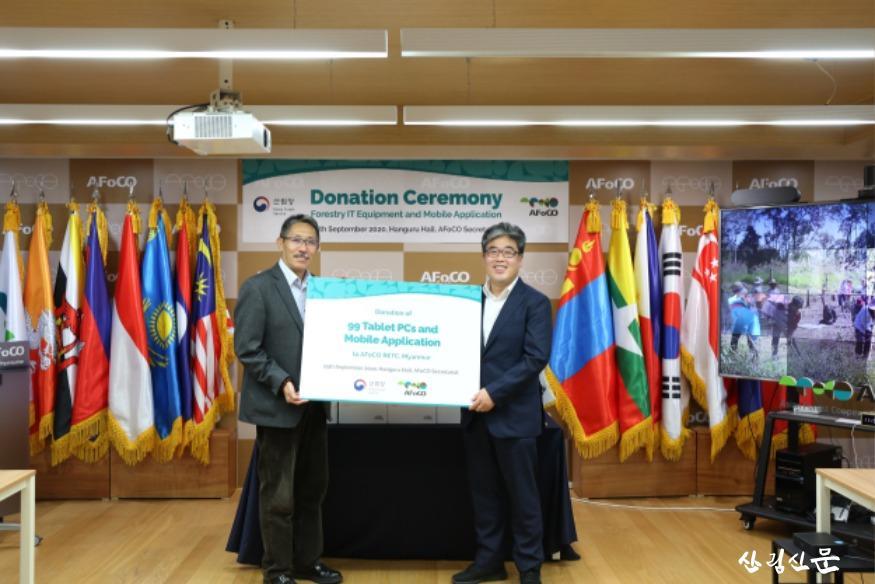 사진3_아시아산림협력기구에 교육용 이동통신기기 기증.JPG