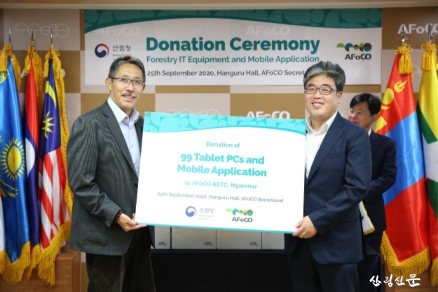 사진2_아시아산림협력기구에 교육용 이동통신기기 기증.JPG