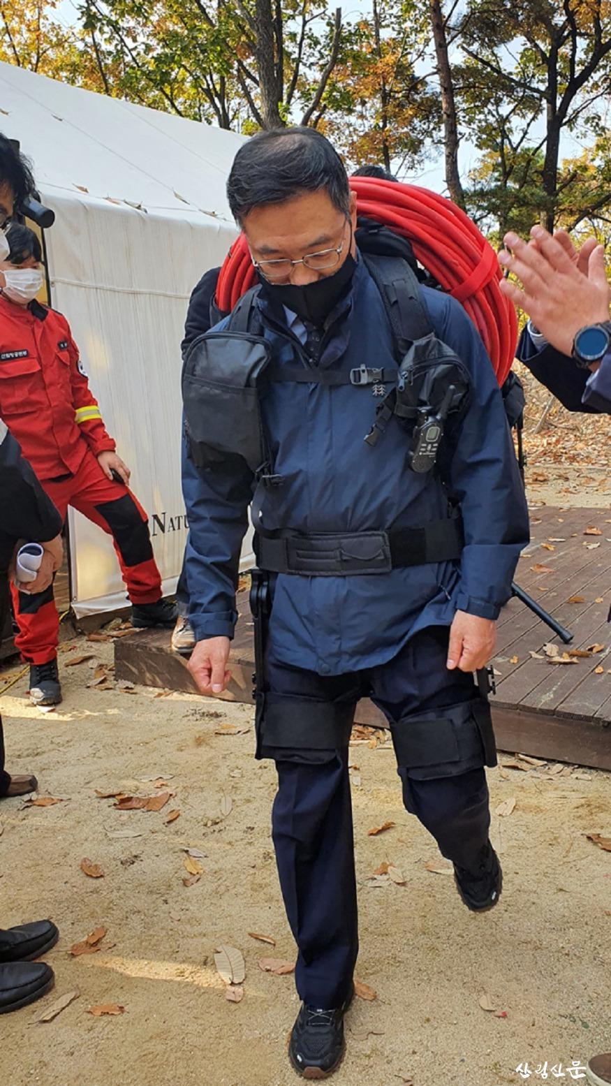 사진2_최병암 산림청 차장이 산악형  입는 로봇을 입고 시연하고있다..jpg