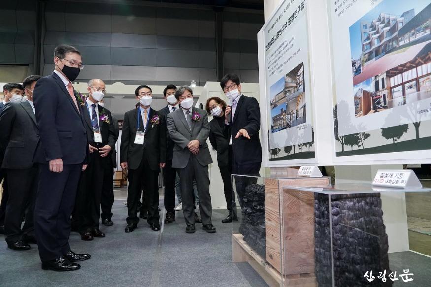 사진2_최병암 산림청 차장(왼쪽에서 첫번째)  2020 대한민국 목재산업 박람회 참석.jpg