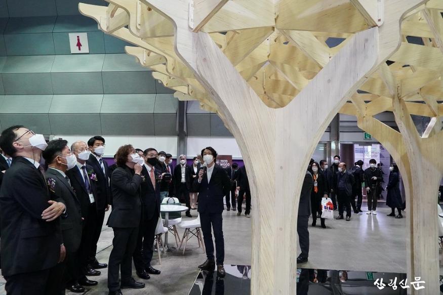 사진4_최병암 산림청 차장(왼쪽에서 여섯번째)  2020 대한민국 목재산업 박람회 참석.jpg