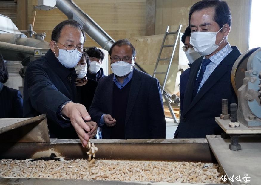 사진1_박종호 산림청장(왼쪽 첫번째) 목재산업 체 방문 목재 압축 연료제조시설 살펴봄.JPG