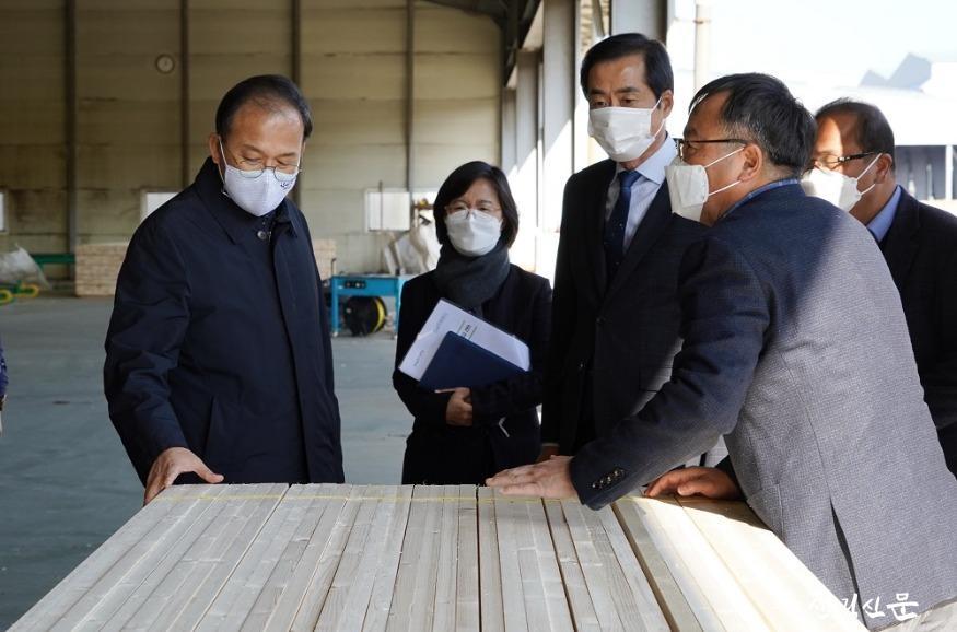 사진2_박종호 산림청장(왼쪽 첫번째)  목재산업체 방문 제재목 살펴봄.JPG
