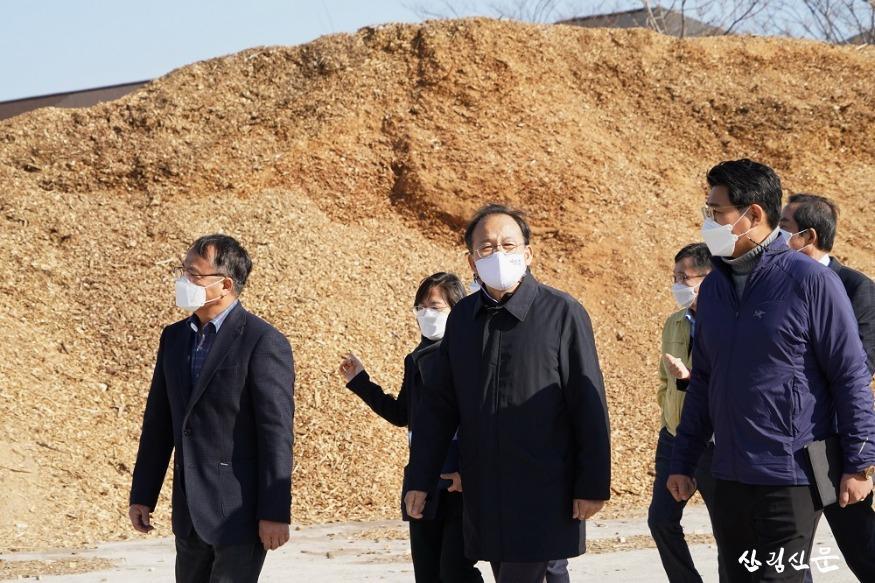 사진3_박종호 산림청장(가운데) 목재산업체 방문.JPG