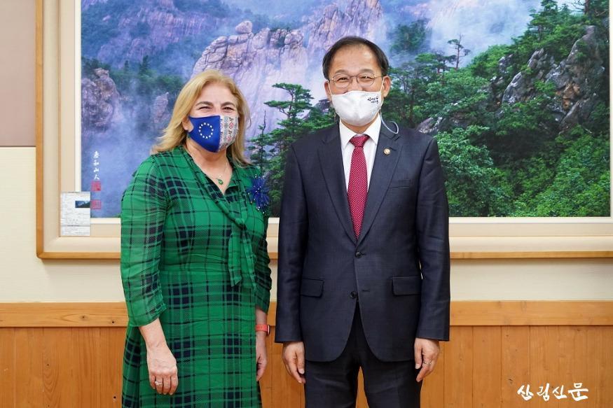 사진1_박종호 산림청장(오른쪽) 주한 유럽연합 대사 내정자 면담.JPG