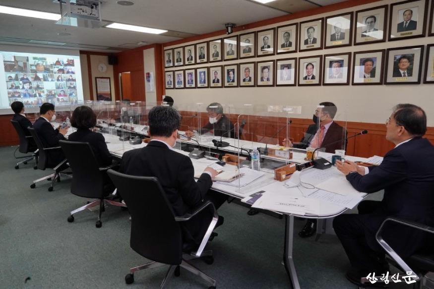 사진2_ 박종호 산림청장(오른쪽 첫번 째) 전국 산림관계관 회의 주재.JPG