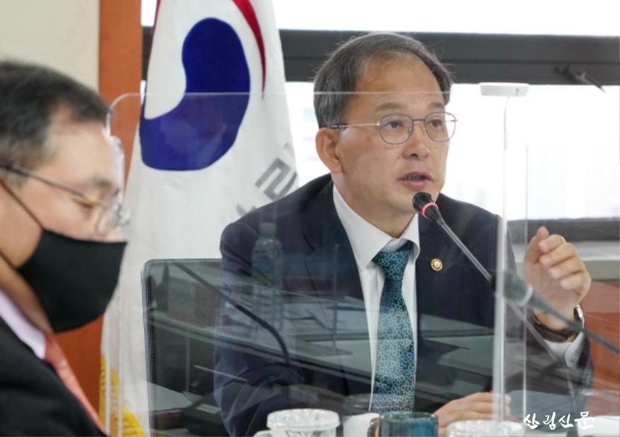 사진1_ 박종호 산림청장(오른쪽) 전국 산림관계관 회의 주재.JPG