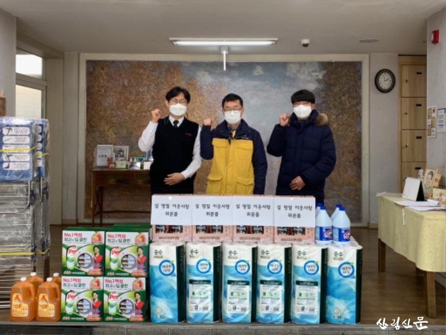 (사진 1) 대전 서구 정림동에 있는 아동양육시설 후생학원에 위문품을 전달하고 단체사진을 찍는 모습입니다..jpg