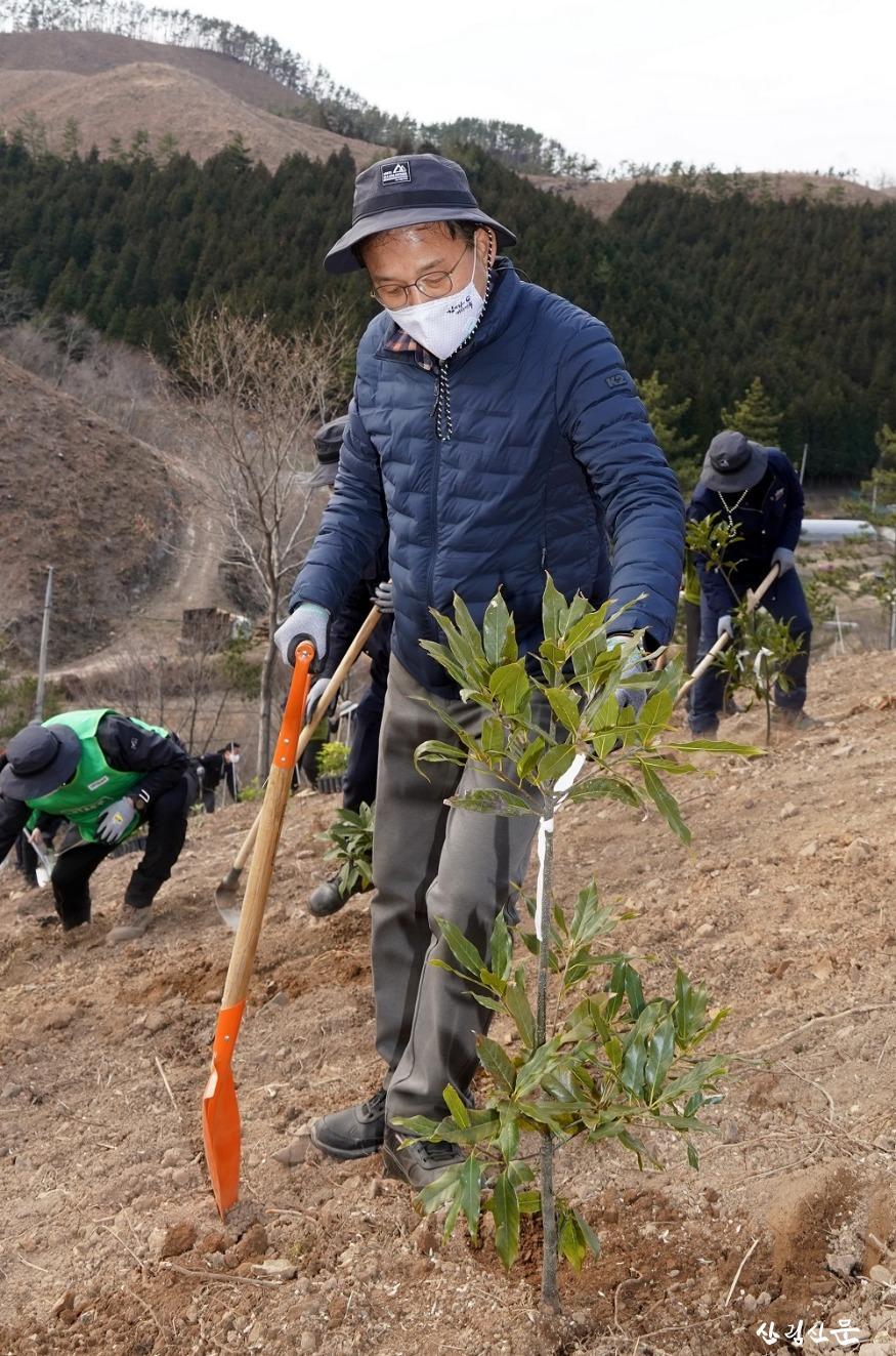 사진3_박종호 산림청장 2050 탄소중립 달 성을 위한 2021년 첫 나무심기 참여.jpg
