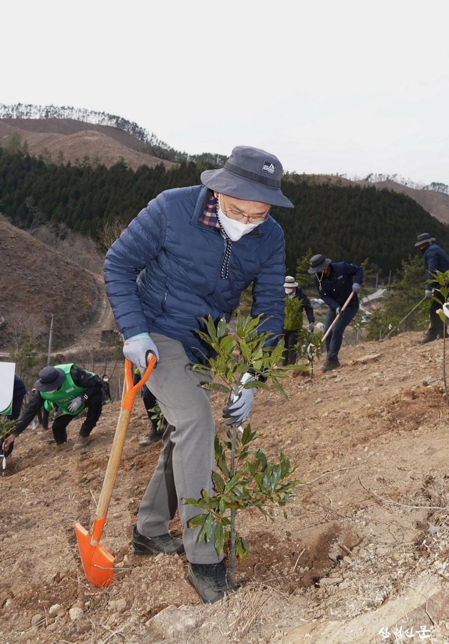 사진2_박종호 산림청장 2050 탄소중립 달 성을 위한 2021년 첫 나무심기 참여.jpg