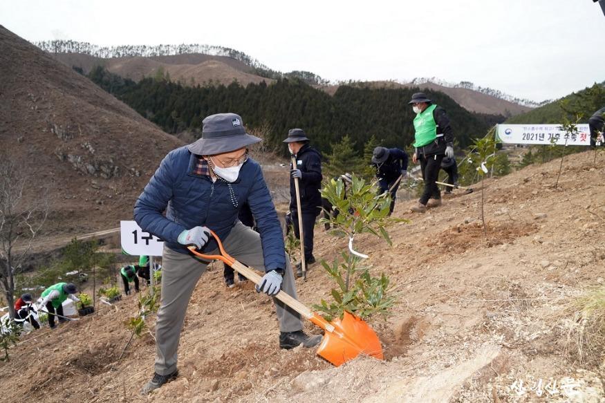 사진1_박종호 산림청장 2050 탄소중립 달 성을 위한 2021년 첫 나무심기 참여.jpg