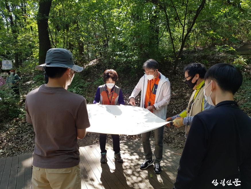 산림교육프로그램에 참여 하고 있는 모습.jpg
