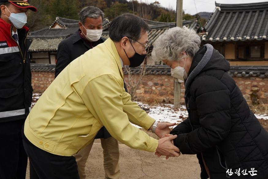 사진4_최병암 산림청 차장(가운데) 안 동시 임동면 산불피해지 주민 위로.JPG